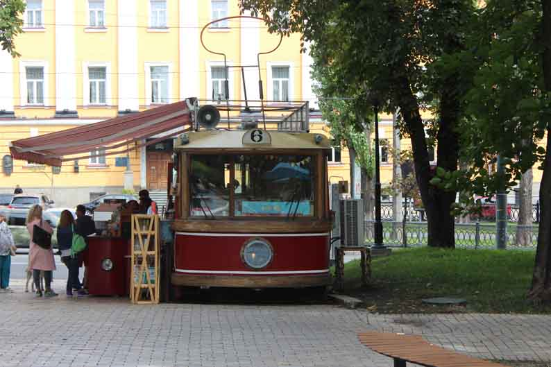 Переделали старый трамвай в кофейню. Креативно.